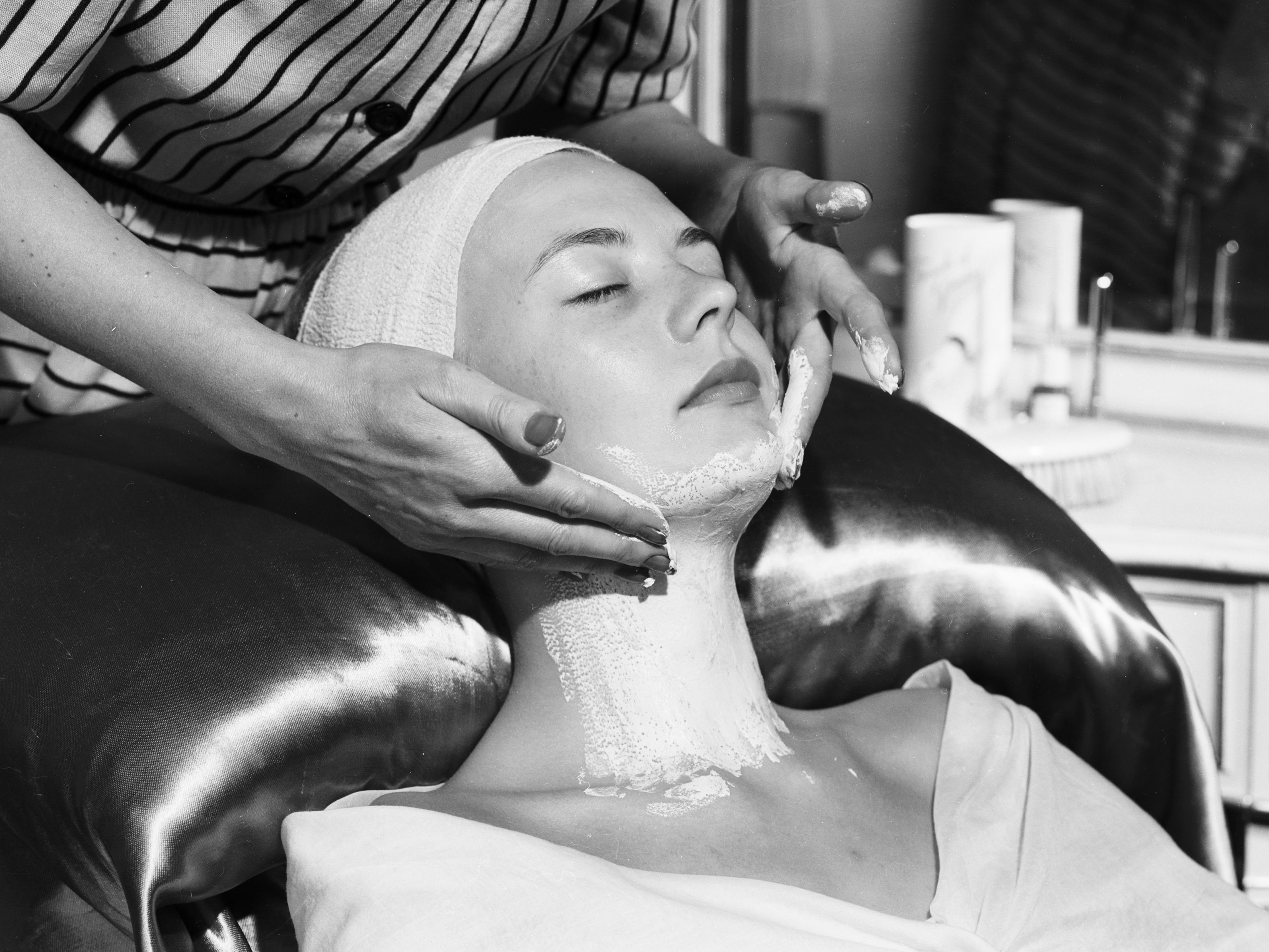 29/12/2020 A beauty specialist applies a cosmetic face pack to a woman's neck. POLITICA EUROPA ESPAÑA SOCIEDAD CHALONER WOODS